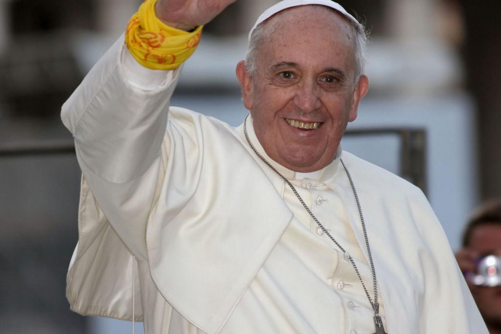 Rom, 5. August 2014: Papst Franziskus mit einem Pilgertuch, das er mit einem Ministranten getauscht hat. Foto: Bistum Mainz / Matschak