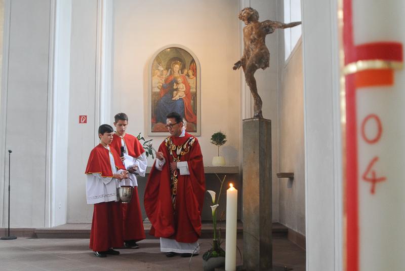 Segnung der Christus-Stele