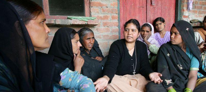 Die indische Ordensfrau Schwester Namrata (45) arbeitet mit Frauengruppen in Dörfern der Rampur Region, Uttar Pradesh, Indien