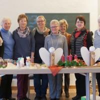 Erster Advent in Sankt Georg - der Frauenkreis verkauft weihnachtlich geschmückte Türkränze