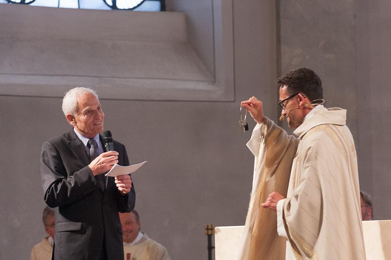 Stellvertretend für den Verwaltungsrat übergibt Rutger Hetzler Pfarrer Catta die Kirchenschlüssel.