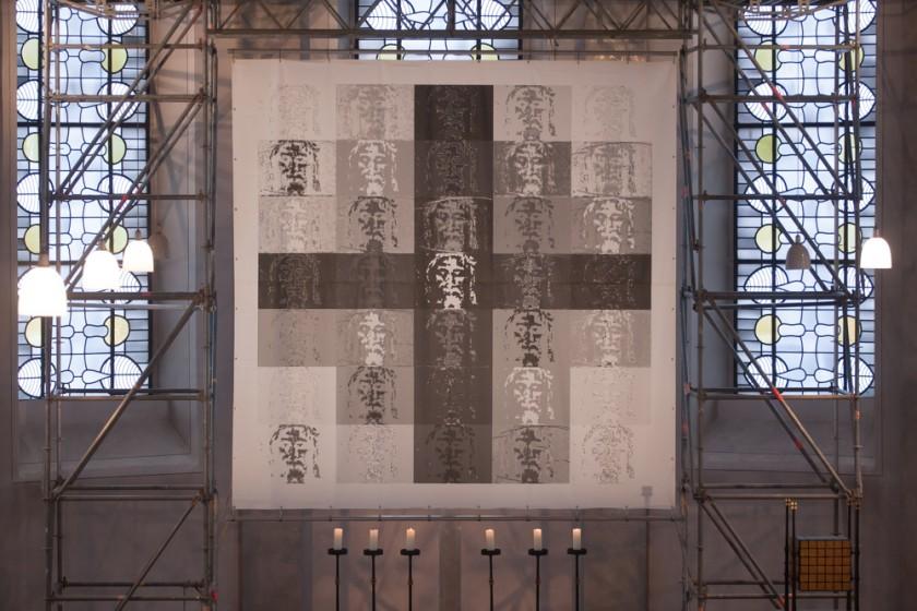 Kunst-Installation der Künstlerin Marianne Reiners-Maaz während der Fastenzeit im Chorraum der St. Georgskirche