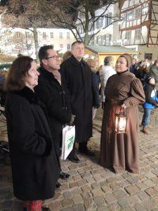 Gelungene Auftaktveranstaltung - Adventskalenderprojekt vor dem Haus am Markt